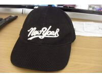 BLACK BASEBALL CAP WITH NEW YORK PRINTED ON THE FRONT