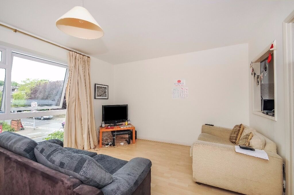 A bright and well-presented two double bedroom flat to rent on Spencer Hill Road