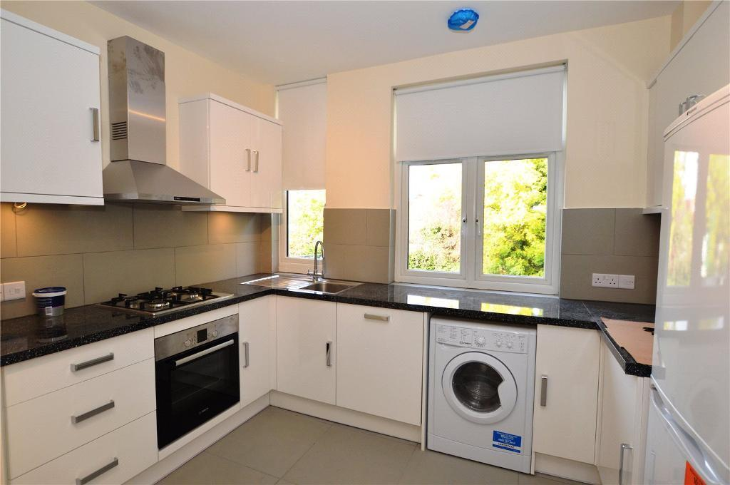 3 bedroom flat in The Broadway, London, NW7