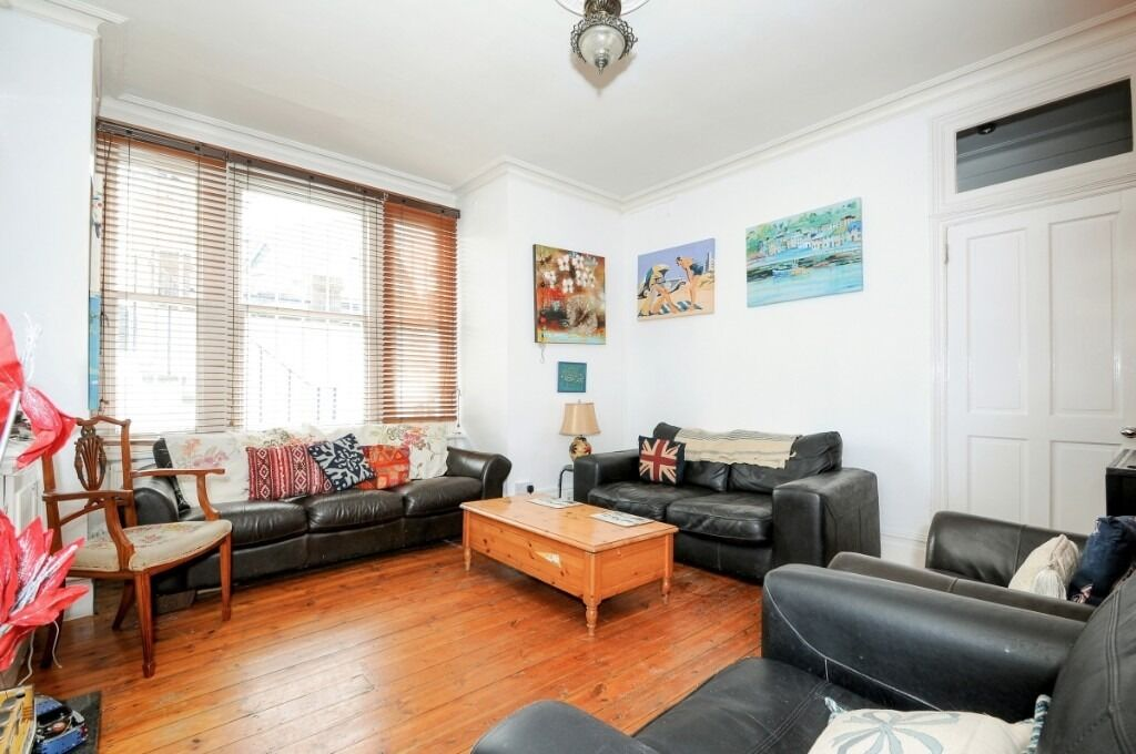 A two double bedroom flat benefiting from use of a shared garden, Wandsworth Bridge Road, SW6