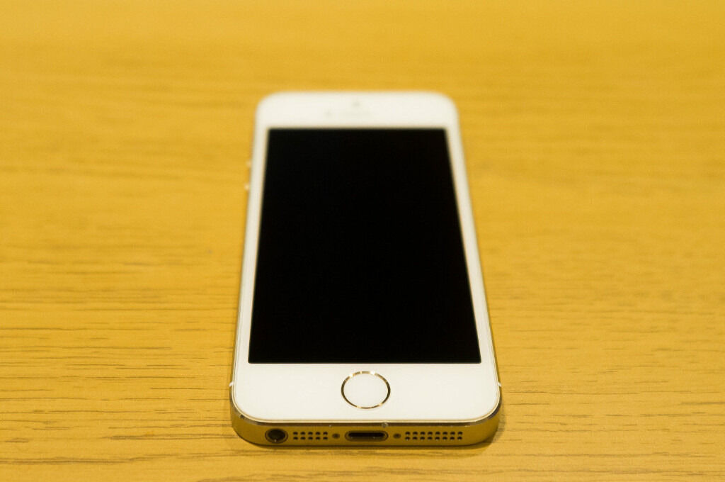 Apple iPhone 5S 32GB Champagne Goldwith box Excellent Condition Fully workingFACTORY UNLOCKEDin Carlton, NottinghamshireGumtree - Apple iPhone 5S 32GB Champagne Gold colour In excellent condition with minimal scratching to the screen, and very minor wear/tear to the back, there is one hairline scratch to the back Factory Unlocked to all UK Networks I will also include a free...