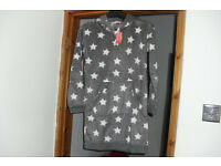 NEW WITH TAGS SIZE 6/8 FLEECE HOODED NIGHTIE IN GREY WITH WHITE STAR PRINT ON