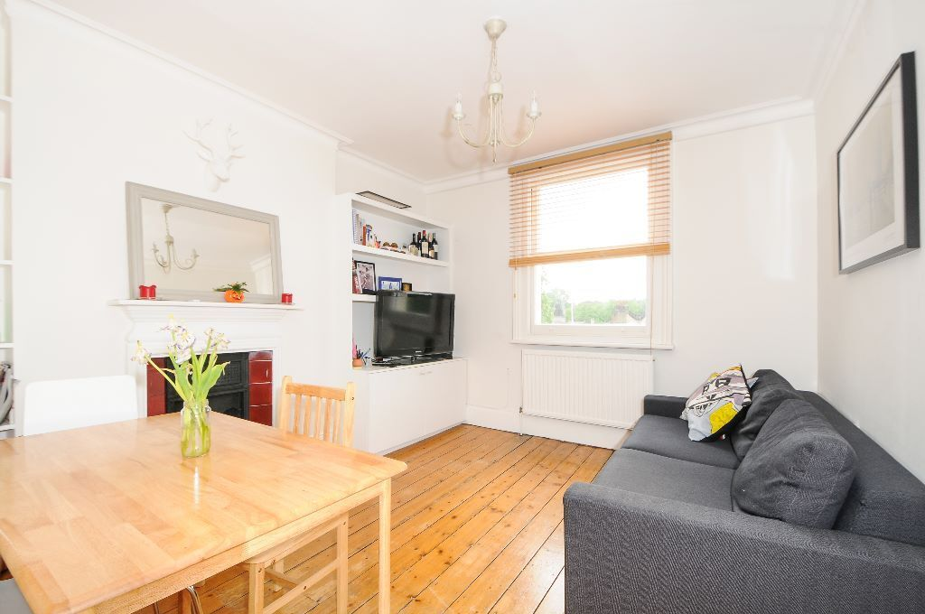 A charming top floor 2 bed apartment, perfect for professional sharers, Fulham High Street, SW6