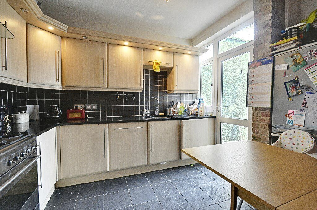 BEAUTIFUL THREE BED APARTMENT IN STAMFORD BROOK