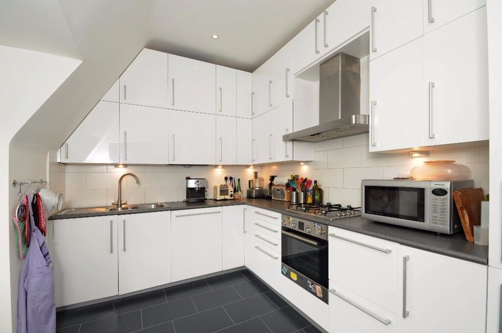 Situated on Eastern Road s this two bedroom top floor flat to rent near the station