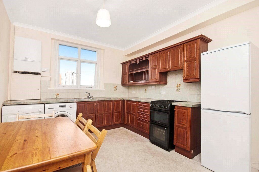 FANTASTIC THREE BED APARTMENT AVAILABLE IN A NICE PERIOD BUILDING - LONG TERM CONTRACT - £ 625PW