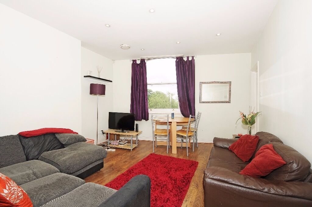 A good size two bedroom flat to rent located in the heart of Wimbledon Village.