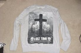 SIZE MEDIUM LONG SLEEVE GREY SWEAT TOP WITH PRINT ON THE FRONT