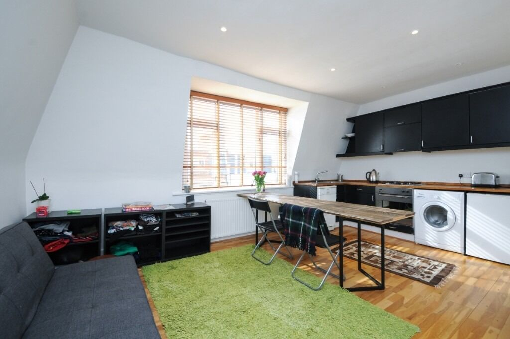Charming Flat with a private roof terrace, set within a Victorian conversion, Dancer Road, SW6