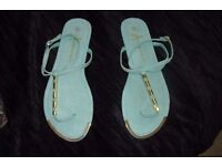NEW PAIR OF SIZE 6 GREEN/GOLD FLAT FLIP FLOP STYLE SANDAL GREAT FOR THE HOLIDAYS