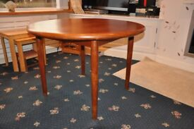 Round top dining table in good condition