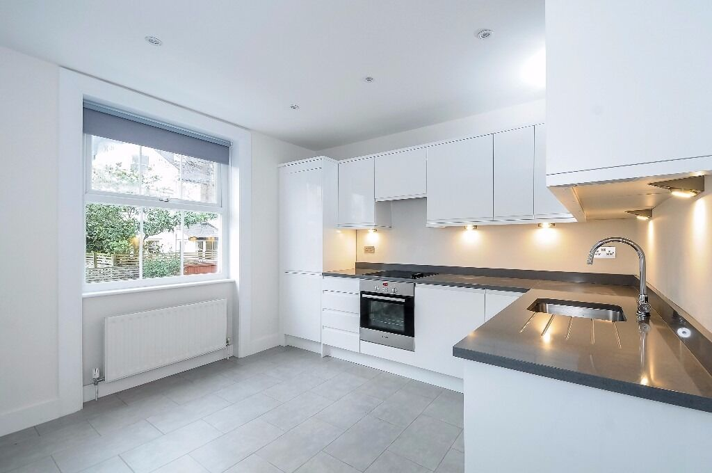 A BRIGHT AND SPACIOUS THREE DOUBLE BEDROOM, THREE BATHROOM FLAT TO RENT ON GAYVILLE ROAD, BATTERSEA