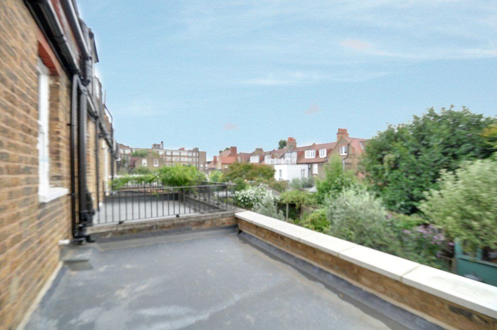 Amazing 1 bed flat with picturesque views of london from your own balcony, heating & hot water inc