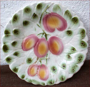 Vintage Decorative Plate Sarreguemines Plum 1950 - Auray, France métropolitaine - Vintage Decorative Plate Sarreguemines Plum 1950 Vintage decorative plate in French majolica made by the famous Sarreguemines factory around 1950. The hand painting pattern in relief depicts plums with leaves. Good conditio - Auray, France métropolitaine