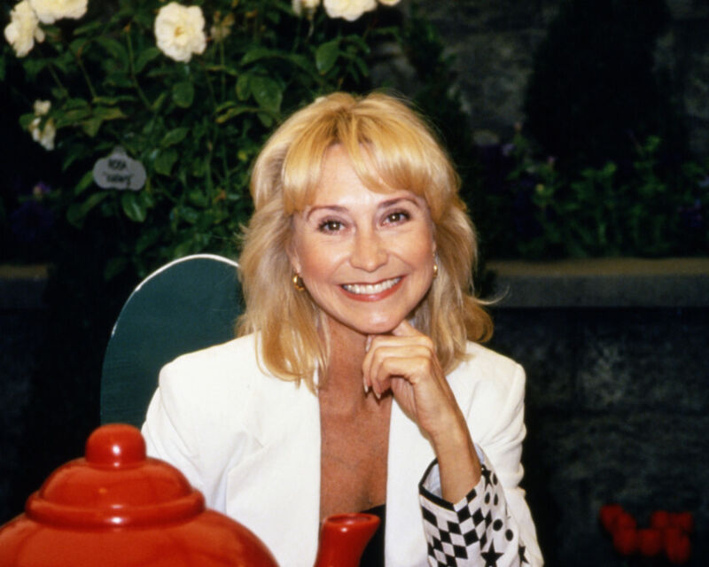 FELICITY KENDAL 8X10 PHOTO CANDID SMILING CUTE POSE