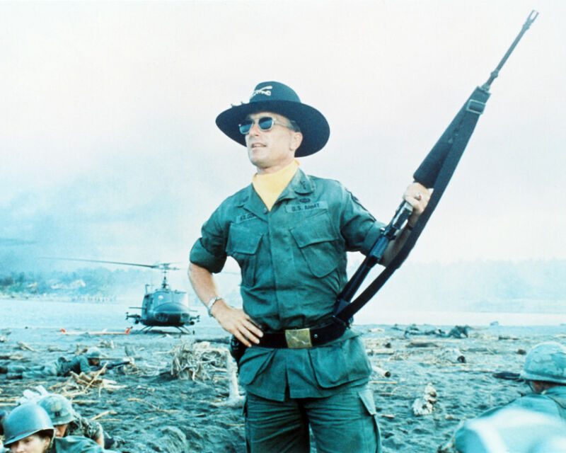 ROBERT DUVALL APOCALYPSE NOW 8X10 COLOR PHOTO WITH GUN
