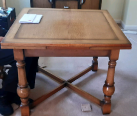 A beautiful 1930s solid oak draw leaf dining table and 6 chairs