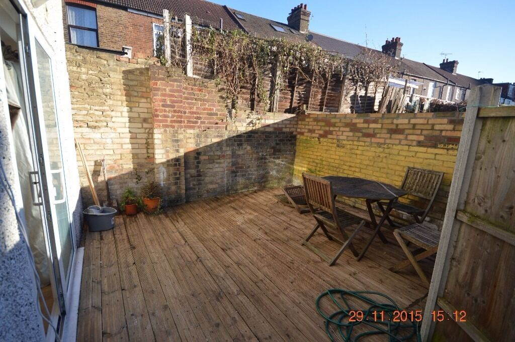 **GREAT PRICE**STUNNING TWO DOUBLE BED FLAT NEWLY REFURBISHED THOUGH OUT WITH A GARDEN.