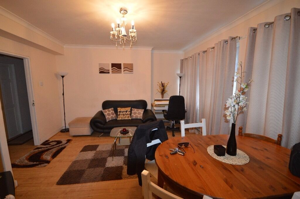 MUST SEE THIS THREE FLAT IN DOCKLAND E14