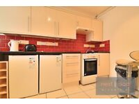 LOVELY 3 BEDROOM SPLIT LEVEL PROPERTY TO RENT IN OVAL SW9 - WITH A LARGE LOUNGE AND PRIVATE BALCONY