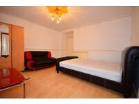 **HUGE DOUBLE ROOM TO LET IN POPLAR, EXCELLENT LOCATION. PERFECT FOR SINGLE OR COUPLES**