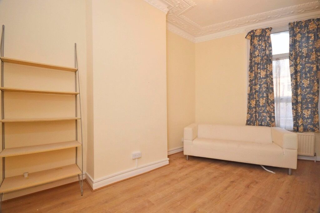 Lovely 2 double bedroom apartment situated right next to local shops and Tooting Broadway Tube!!