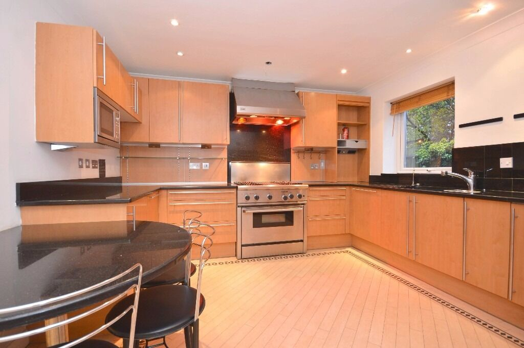 Impressive and very spacious four double bedroom house in the heart of Wimbledon!!!