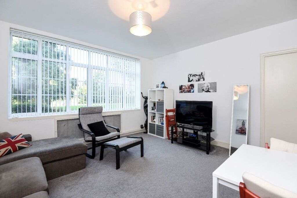 A gorgeous and airy one double bedroom flat is located just minutes walk from the Jubilee line.