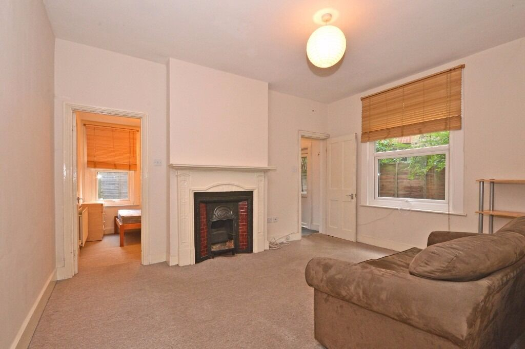 Wonderful three double bedroom flat in the heart of Tooting Bec with a private garden!