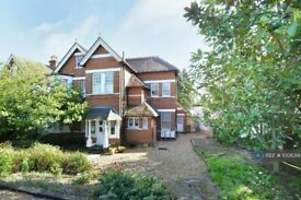 2 bedroom flat in Ashley Road, Walton-On-Thames, KT12 (2 bed) (#1008318)