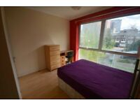 *ROOM** This Spacious room Conveniently Located 5mins from South Quay DLR Station
