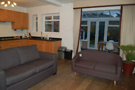 Rooms available in stunning shared house 5 mins from North Acton & Acton Main Line, W3 - bills inc.