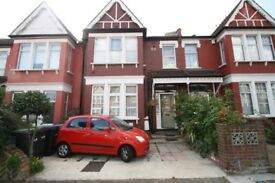 First floor studio flat situated within walking distance of Palmers Green's shops & bus routes
