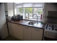 2 bed split level newly decorated flat £1350 (all inc)
