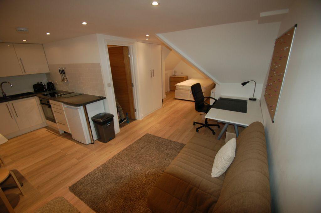 Studio flat in Flat 2, Park Road, Hendon, NW4