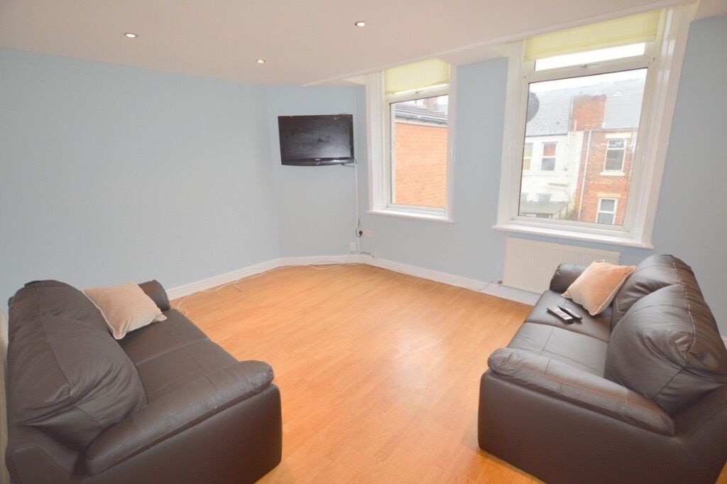 1 DOUBLE ROOM AVAILABLE IMMEDIATELY IN PROFESSIONAL HOUSE SHARE, HEATON - £300pcm