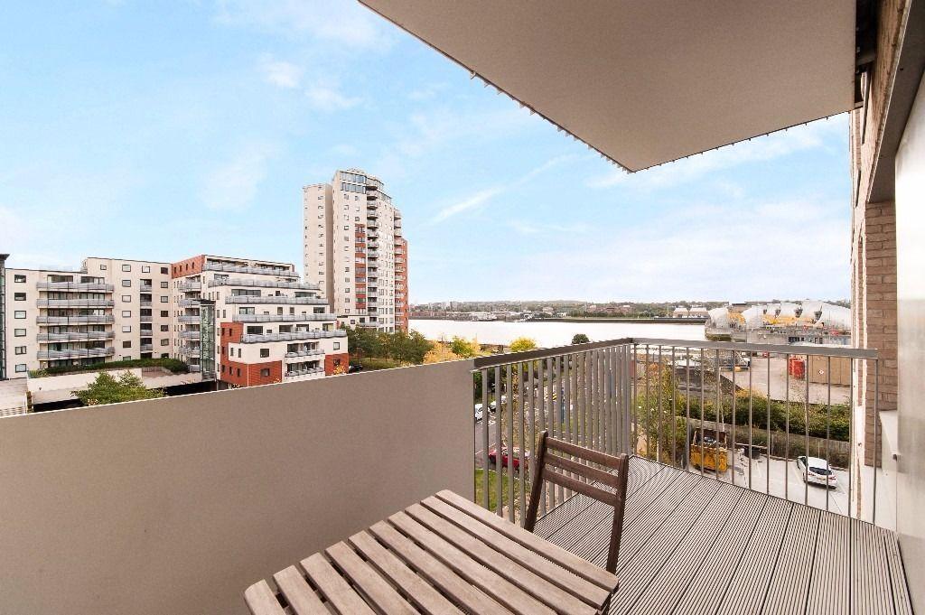 @ ROYAL DOCKS BEAUTIFUL TWO BEDROOM APARTMENT - RIVER VIEWS - PONTOON DOCK DLR! GYM/CONCIERGE!