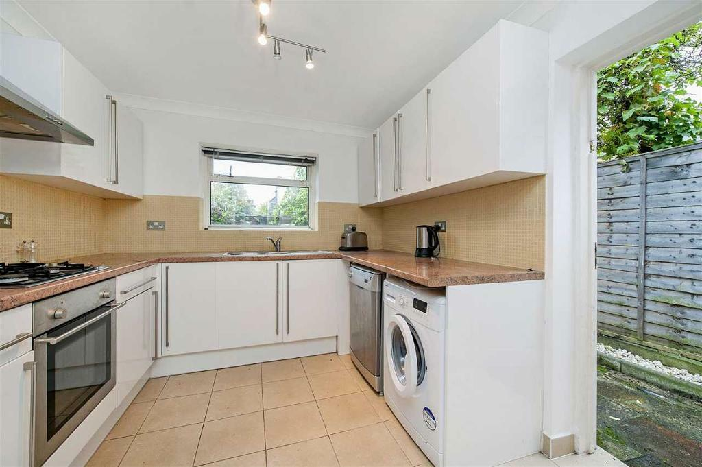 2 bedroom flat in Brampton Park Road, Wood Green