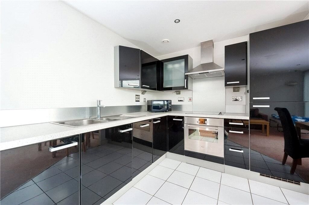 1 double bedroom river facing apartment. Close to DLR Station and local amenities. Furnished & gym.