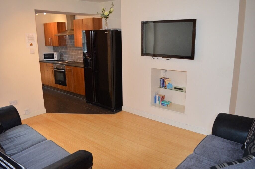 1 DOUBLE ROOM AVAILABLE IN STUDENT HOUSE SHARE IN HEATON - £329.33pcm