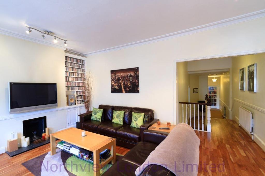 2 bedroom flat in Devonshire Road, Palmers Green