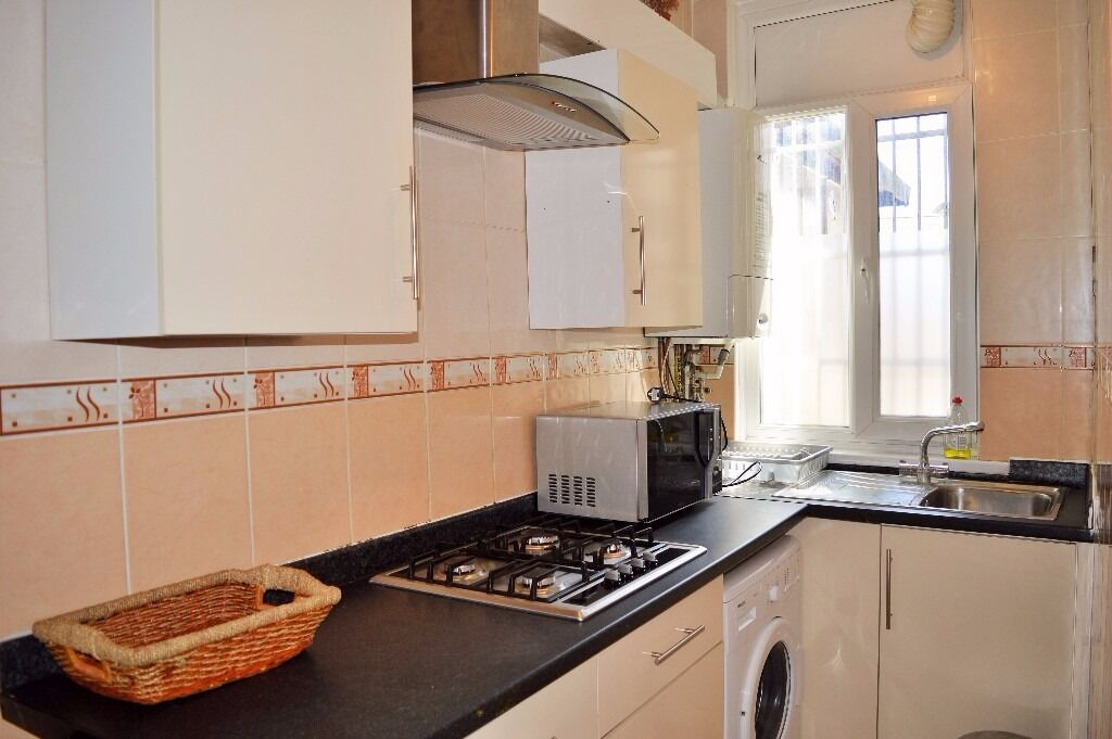 AVAILABLE FROM JUNE, BILLS INCLUDED - MOMENTS FROM STEPNEY GREEN STATION -2 DOUBLE BEDROOM APARTMENT