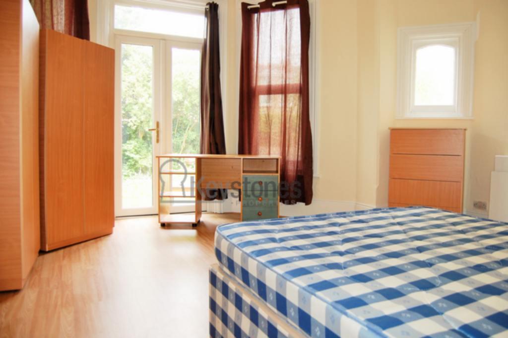 1 bedroom in Woodside Road, Room 2, Wood Green, N22