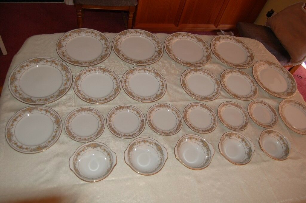 Lovely Noritake 'Clara' in Fine Bone China, Part Dinner Set of 41 Pieces in As New Condition