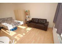 HUGE bedroom in a REFURBISHED HOUSE with LIVINGROOM AND GARDEN !