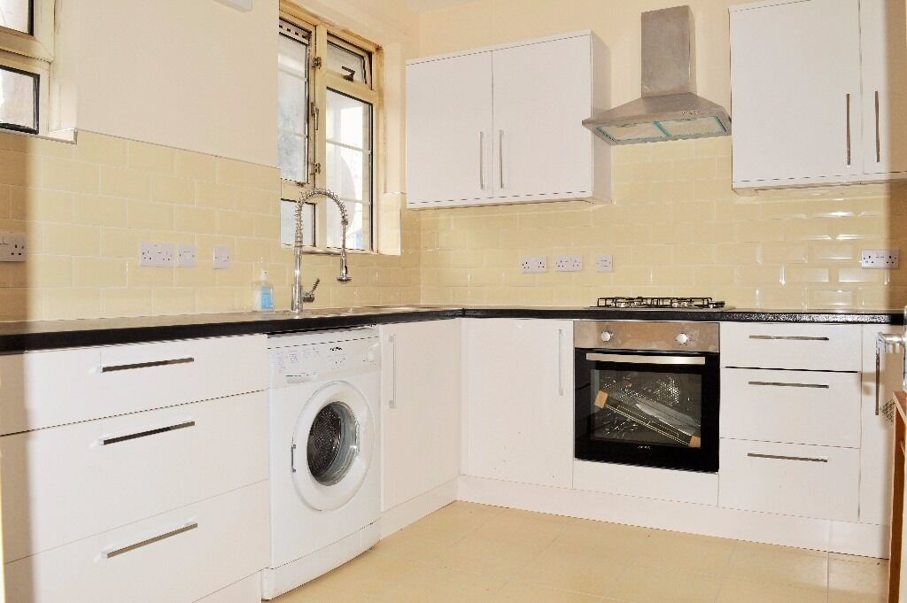AVAILABLE NOW - SPACIOUS THREE BEDROOM FLAT IN NEAR BRICK LANE, SHOREDITCH E1
