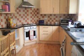 3 bedroom flat in Golders Court, London, NW11 (3 bed) (#1094876)