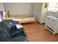 AVAILABLE IMMEDIATELY - SPACIOUS 3 DOUBLE BEDROOM FLAT IN STEPNEY/MILE END E1
