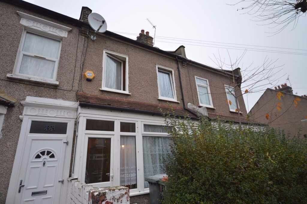 Spacious 3 bedroom house with large rear garden now available in East Ham! In great condition!