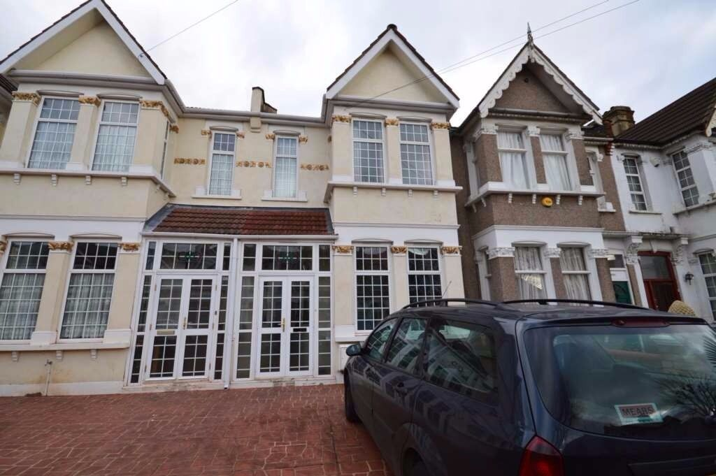 ** 6 BEDROOM LARGE HOUSE ** LARGE GARDEN ** IN FOREST GATE ** AVAILABLE NOW **